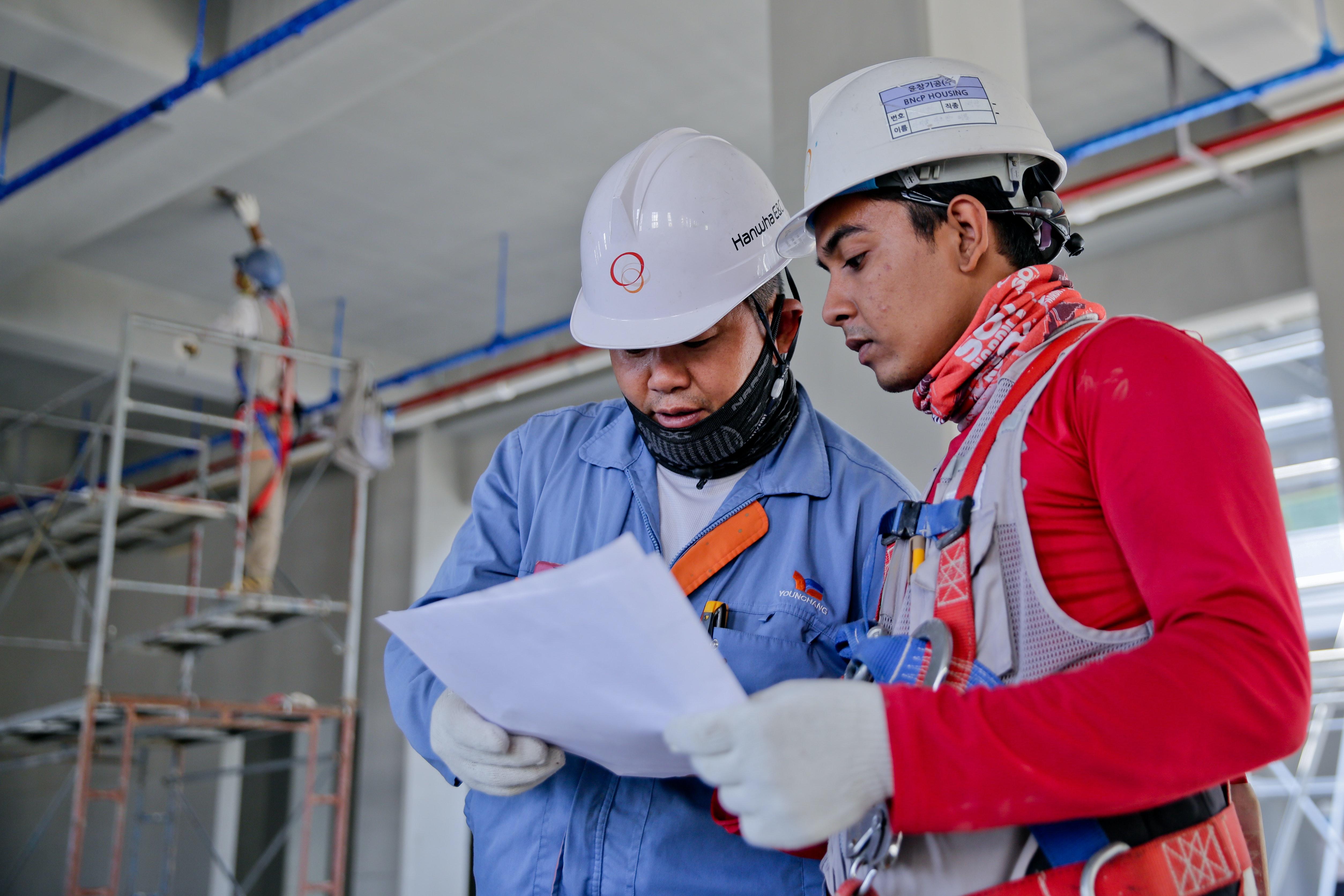 Engineer mentoring apprentice